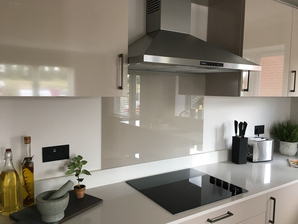 white splashback white worktop