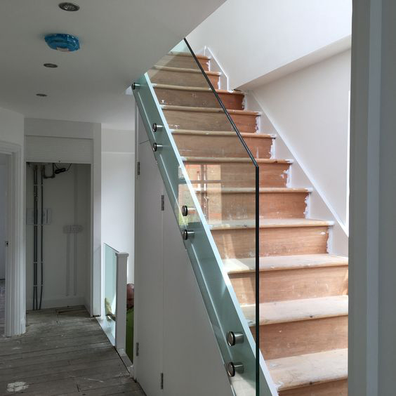 4 frameless glass bannister